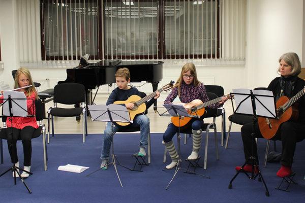 Vi spelar tillsammans med gitarr och flöjt, kryddat med ukulele / Yhteismusisointia kitaroilla, huiluilla ja ukuleleilla maustettuna
